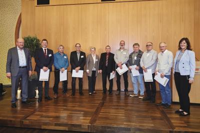 WeberHaus ehrte bei einer großen Feier am vergangenen Freitag seine langjährigen Mitarbeiterinnen und Mitarbeiter. Auf dem Bild zu sehen, sind die Mitarbeiter mit 40-jährigem Jubiläum