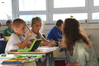 Die Schulalltagsbegleiterin Nicole Schröder gibt Hilfestellung