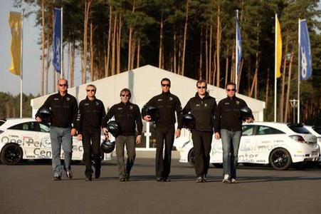 Ein erfahrenes Instruktorenteam unter der Leitung von Manuel Reuter (3. von rechts) betreut die Kandidaten