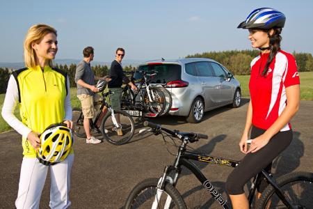 Von vier auf zwei Räder: Am Zielort angekommen, lassen sich die mit dem Opel FlexFix-Fahrradträger transportierten Bikes ganz einfach abnehmen und los geht die Radtour