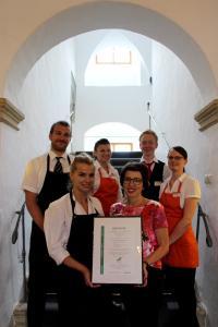 Das Team des Hotel Resort Schloss Auerstedt mit dem GreenSign Level 2 / Foto: Amadeus Kulmer