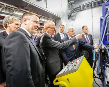 Opel CEO Dr. Karl-Thomas Neumann explains the ultra-modern testing facility to the guests of honor. From left to right: Uwe Baum, Deputy Chairman of the Opel Works Council, Christian Müller, Vice President GM Global Propulsion Systems, Europe, Opel CEO Dr. Karl-Thomas Neumann, Rüsselsheim's Lord Mayor Patrick Burghardt, Hessian Prime Minister Volker Bouffier and Dan Nicholson, GM Vice President Global Propulsion Systems
