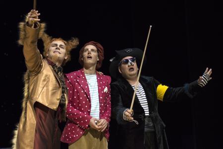 Sven-Marcel Voss (Fuchs); Paul-Louis Schopf (Pinocchio); Oliver Firit (Kater). Fotograf: THOMAS BRAUN