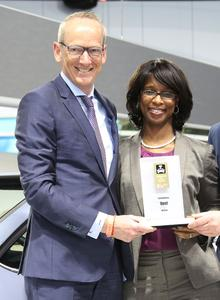 Preisübergabe: Opel Group CEO Dr. Karl-Thomas Neumann und Alicia Boler-Davis, GM Senior Vice President Global Connected Customer Experience, bekommen in Detroit den Connected Car Award für Opel OnStar. Foto Adam Opel AG