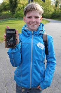 Bjarne Clausmeyer beim Geocaching-Workshop während des Boys' Days an der Hochschule Osnabrück. Eine App lieferte den Jungs Hinweise wo sie den Cache finden
