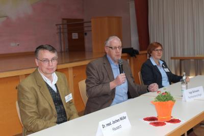 Blick auf das Podium: Rede und Antwort standen Allgemeinmediziner Jochen Müller, Demenz-Experte Ingo Schwalm und Monique Abel vom Pflegestützpunkt des Vogelsbergkreises