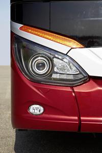 Die Neuerung bei den Frontscheinwerfern mit serienmäßigem LED-Tagfahrlicht und H7-Abblendlicht