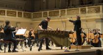 Die Deutsche Streicherphilharmonie und der Perkussionist Alexej Gerassimez im Konzerthaus Berlin. Foto: Kai Bienert