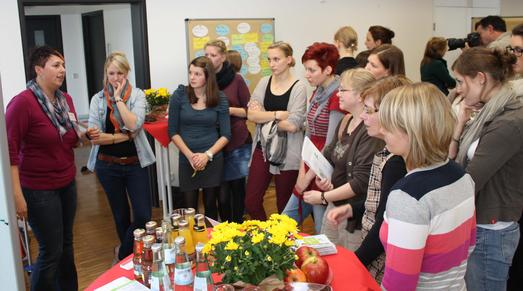 Großer Andrang bei Absolventin Sarah Müller, die über ihre Tätigkeit als Leiterin des Alnatura-Biosupermarktes in Bremen erzählte