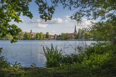 Die neue App der Ostsee Schleswig-Holstein: Sie enthält neben Informationen zu den einzelnen Orten der Region auch Unternehmungen und Strandalternativen im Binnenland, hier Eutin