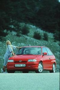"""Vor 20 Jahren wird mit dem Astra F ein neues Kapitel der Opel-Kompaktwagen- Story aufgeschlagen. Es bleibt zwar bei der bestehenden Buchstabenreihenfolge, aber die Bezeichnung """"Kadett"""" ist Geschichte: Seit August 1991 fährt Opels Kompaktklasse unter neuem Namen vor. Die erste Astra-Generation ist bis heute das meist verkaufte Opel-Modell aller Zeit"""
