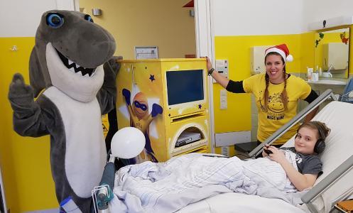 SEA LIFE München überreicht einen Spieleturm an das Dr. von Haunersches Kinderspital