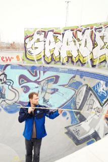 TÜV SÜD: Spielplatzexperte Roland Zwickl im Prüfeinsatz bei einer Skateranlage