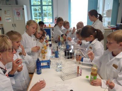 Keine Angst vor Chemie: Im Verfahrenstechnik-Labor der Hochschule Osnabrück untersuchten Erstklässler der Heinrich-Schüren-Grundschule ihre Lieblingsgetränke, unterstützt von den Ingenieurinnen Silvia Ott (links) und Marion Lietmann (3. von rechts)