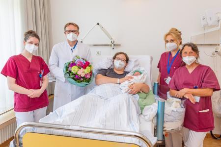 Prof. Andreas Müller überreicht Mutter Cornelia Gerome einen Blumenstrauß, Bildquelle: Markus Kümmerle, Städtisches Klinikum Karlsruhe