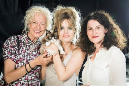 "Frauen-Power: Fotografin Ellen von Unwerth, ""Grumpy Cat"", Supermodel Georgia May Jagger und Opel-Marketingchefin Tina Müller am Set"