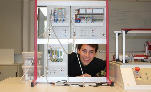 In Elektrotechnik-Laboren zeigten Studierende und Wissenschaftler ihren Gästen aktuelle Projekte. Mit von der Partie war Lukas Backhaus, der seit September eine Berufsausbildung bei Elster absolviert und im März 2015 das Elektrotechnik-Studium an der Hochschule Osnabrück aufnehmen wird