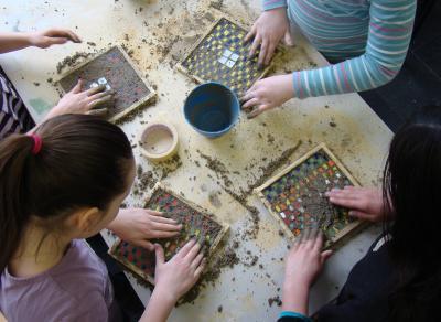 Mosaiklegen. Foto: Jugendamt