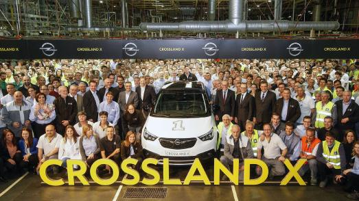 Feierstunde: Rund tausend Mitarbeiter des Opel-Werks Saragossa feiern in Anwesenheit von Opel-Chef Dr. Karl-Thomas Neumann sowie von Medienvertretern den Produktionsstart des neuen Opel Crossland X