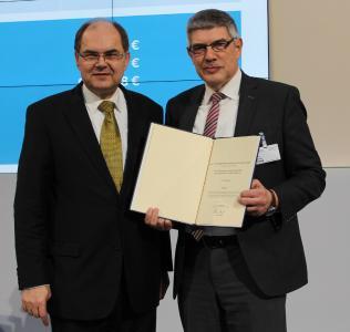Minister Christian Schmidt übergibt Landrat Manfred Görig (rechts) den Bewilligungsbescheid. Foto: Sabine Galle-Schäfer/Vogelsbergkreis