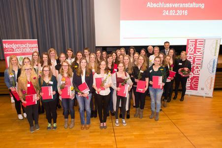 """34 junge Frauen absolvierten das """"Niedersachsen-Technikum"""", das die Hochschule und die Universität Osnabrück zusammen mit 30 regionalen Unternehmen angeboten haben (Foto: Bettina Meckel)"""