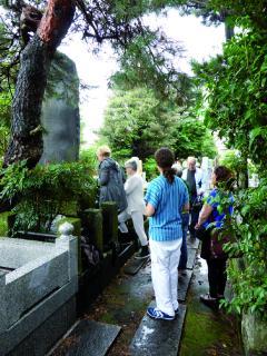 Die Gedenkstele Mikao Usuis in Tōkyō, ein steinernes Zeugnis des Lebens und Wirkens des Begründers der Usui Reiki Methode.
