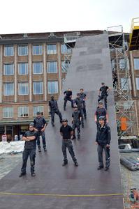 """So cool kann Dachdecker sein: Zahlreiche Auszubildende im Dachdeckerhandwerk waren am Bau der größten Rampe des """"Red Bull District Rides"""" in Nürnberg im Sommer 2014 beteiligt"""