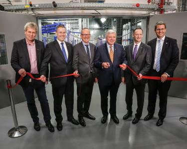 Hessian Prime Minister Volker Bouffier and Opel CEO Dr. Karl-Thomas Neumann put the new Global Propulsion Systems Center in Rüsselsheim into operation. From left to right: Uwe Baum, Deputy Chairman of the Opel Works Council, Christian Müller, Vice President GM Global Propulsion Systems, Europe, Opel CEO Dr. Karl-Thomas Neumann, Hessian Prime Minister Volker Bouffier, Dan Nicholson, GM Vice President Global Propulsion Systems and Rüsselsheim's Lord Mayor Patrick Burghardt
