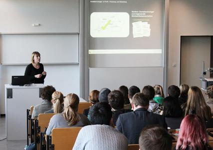 Nadine Heilemann, Absolventin der Hochschule Osnabrück und heute Entwicklungsingenieurin bei der Dental Direkt GmbH, stellte den Studierenden der Dentaltechnologie vielfältige Perspektiven nach dem Studienabschluss vor
