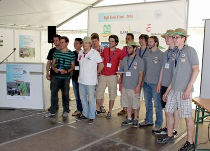"""Das Team der Hochschule Osnabrück (in den grauen Shirts) nimmt gemeinsam mit dem Team der Universität Siegen den 1. Preis für die """"cooperative task"""" entgegen"""