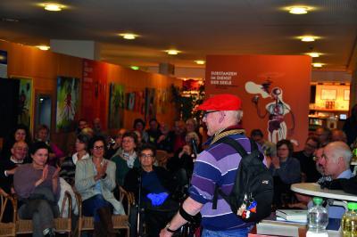 Abram Wilhelm (mit roter Kappe) präsentierte Oktopus-Kunstwerke