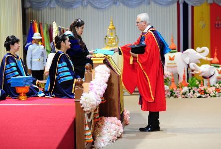 Prof. Dr. Norbert Vennemann von der Hochschule Osnabrück erhielt jetzt eine Urkunde zum Ehrendoktor der Prince of Songhkla University von der Thailändischen Prinzessin, I. K. H. Chulabhorn Walailak. (Foto: Prince of Songhkla University)