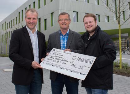 2500 Euro für den Blau-Weiß Schinkel e.V.: Prof. Dr. Christian Kröger (links) und Jan Mönkedieck (rechts) haben den Erlös des Watzke-Vortrags an der Hochschule Osnabrück an Fritz Bossmeyer überreicht