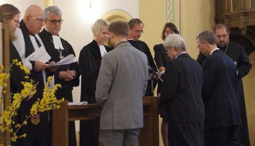Daniel Lenski, Dagmar Heller und Lothar Triebel bei der Segnung (im Vordergrund kniend, v.l.) © Foto: Jens Mohr/APD