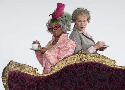 Miss Betterknower (Christina Clark) und Fräulein Vorlaut (Marie-Helen Joël) / Foto: Saad Hamza
