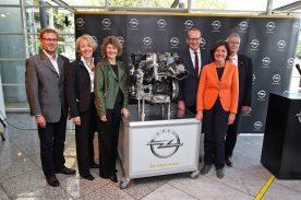 Gruppenbild mit Damen: Opel investiert in Kaiserslautern und alle sind gekommen. Von links nach rechts: Betriebsratsvorsitzender des Werkes Lothar Sorger, Werksleiterin Elvira Tölkes, Wirtschaftsministerin von Rheinland-Pfalz Evelyn Lemke, Opel-Chef Karl-Thomas Neumann, Ministerpräsidentin Malu Dreyer und der Oberbürgermeister der Stadt Kaiserslautern Dr. Klaus Weichel
