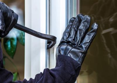 Fenster im Erdgeschoss und Souterrain sowie Balkon- und Terrassentüren sind bei Einbrechern bevorzugte Einstiegspunkte / Bild: Rainer Fuhrmann/fotolia.com/bauemotion