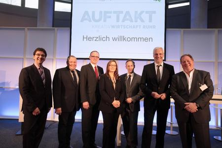 (von links nach rechts): Dr. Olaf Arndt, Josef Hovenjürgen MdL, OB Sören Link, Brigitte Pavetic, Rasmus C. Beck, Minister Garrelt Duin, Prof. Dieter Gorny