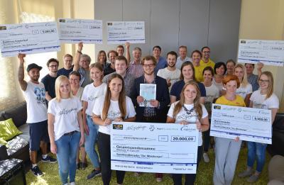 Alle Förderprojekte kamen, um ihren Scheck abzuholen. Der Rekorderlös von 20.000 Euro wurde auf die fünf Projekte aufgeteil, Foto: Vogel Business Media/J. Untch