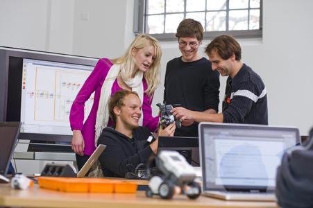 Beim Informationstag der Fakultät Ingenieurwissenschaften und Informatik können Schülerinnen und Schüler einen direkten Eindruck vom Studium gewinnen und Campusluft schnuppern