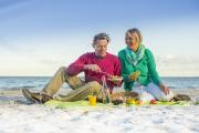 Fast überall dürfen Ostsee-Frühstücker auch ihre eigenen Picknickdecken und -körbe mitbringen, um so für eine große, bunte Tafel am Meer zu sorgen / www.ostsee-schleswig-holstein.de / Oliver Franke