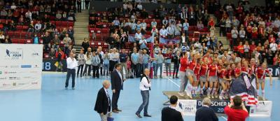 Schon das Damenfinale war an Dramatik kaum zu überbieten. Die Damen vom Düsseldorfer HC sahen zu Beginn der 2. Halbzeit beim Stand von 2:0 schon wie die sicheren Siegerinnen aus. Doch ihre Konkurrentinnen vom Club an der Alster aus Hamburg schafften es, das Spiel zu drehen und zum 2:2 auszugleichen. Die Entscheidung fiel also im sogenannten Penalty-Shootout, in etwa vergleichbar mit dem Elfmeterschießen im Fußball. Hier hatten die Hamburgerinnen das glücklichere Ende für sich. Foto: KLAFS GmbH & Co. KG