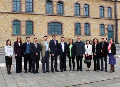 Prof. Dr. Sun Haiming (7. von links) und Prof. Dr. Andreas Bertram (6.von links) freuen sich mit ihren Kolleginnen und Kollegen vom Shanghai Institute of Foreign Trade und der Fakultät Wirtschafts- und Sozialwissenschaften der Hochschule Osnabrück über die verlängerte Zusammenarbeit