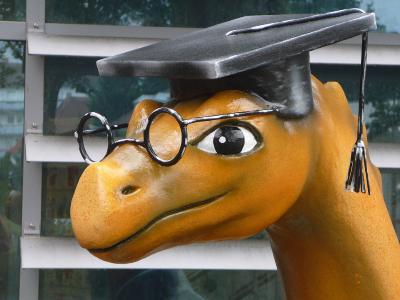 Der Bildungsdrache freut sich auf alle Mädchen und Jungen, die zur Kinderuni an die Hochschule Worms kommen / Foto/Hochschule Worms