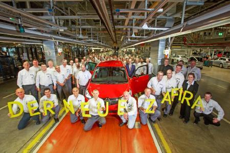 Gelungener Start: In Anwesenheit von Opel-Chef Dr. Karl-Thomas Neumann, Produktionschef Phil Kienle und Werksdirektor Michael Lewald lief der erste neue Zafira in Rüsselsheim vom Band / Foto: Adam Opel AG