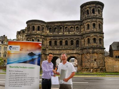 Tiago Andre Santos Sampaio und Prof. Dr. Scherhag bei der Überreichung des Zertifikates vor der Porta Nigra in Trier; Foto/Prof. Dr. Scherhag