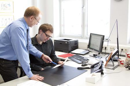 Benjamin Voß (rechts) tauscht sich mit Wolfram Wacker, Leiter des Lieferketten-Managements bei Coppenrath & Wiese, über seine Projektstudie aus