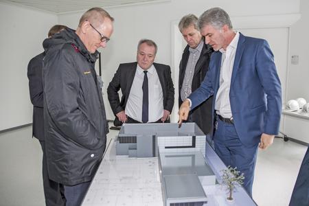 Blick in die Zukunft: Design-Chef Mark Adams (rechts) erklärt Opel-Chef Dr. Karl-Thomas Neumann (links) und dem stellvertretenden Betriebsratsvorsitzenden Uwe Baum (2. v.r.), welche Möglichkeiten das neue Visualisierungs-Zentrum bieten wird