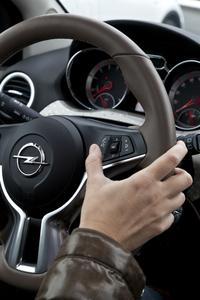 Augen auf die Straße und Hände am Lenkrad: ADAM-Fahrer mit kompatiblem iPhone können Siri Eyes Free vollkommen sicher über eine Lenkradtaste aktivieren und per Sprachbefehl steuern, © GM Company