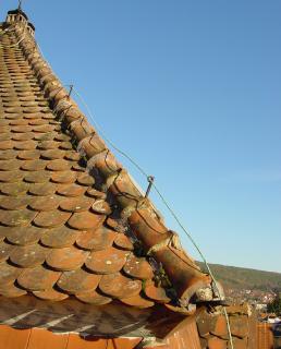 Böse Überraschung: Hier hat offensichtlich jahrelang keine Dachüberprüfung einschließlich der Blitzschutzeinrichtungen mehr stattgefunden.